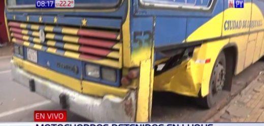 Motoasaltantes impactan contra bus