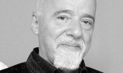 Justicia condena a jóvenes a leer a Coelho