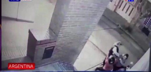 Con un golpe en la cara, niña defiende a su mamá de ladrón