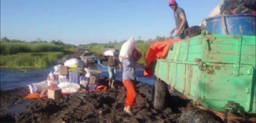 Vuelca carga de tractor con víveres