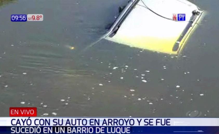 Buscan a propietario de un vehículo que cayó a arroyo