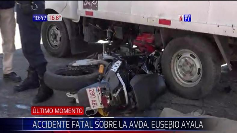 Motociclista fallece tras chocar contra un camión utilitario