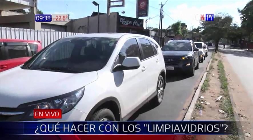 Limpiavidrios recaudan hasta G. 150.000 por día en Asunción