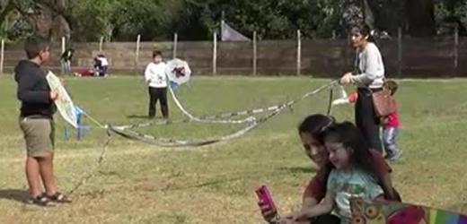 Separan a niños de los teléfonos y les enseñan juegos tradicionales