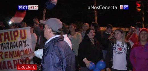 Juicio político: Manifestantes cierran media calzada de Acceso Sur