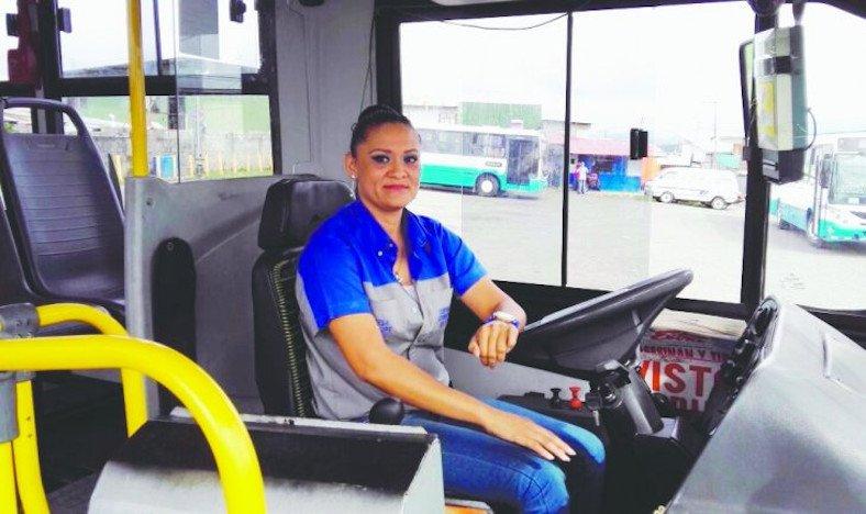 Empresa de transporte busca a mujeres para que sean conductoras