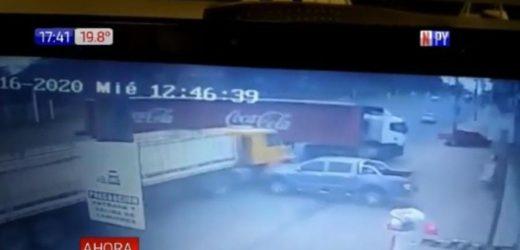 Camión transportador protagoniza accidente con suerte sobre Acceso Sur