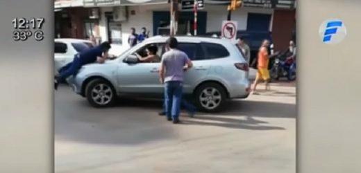Captan irresponsable reacción de conductora tras chocar moto y rozar auto