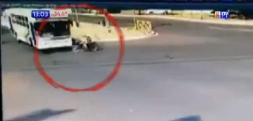Muere motociclista tras impactar contra bus