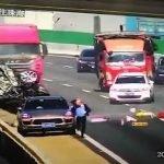 Impactante choque hace volcar a camioneta hasta caer de puente