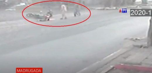 Motociclista muere tras embestir contra un peatón