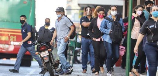 """Salud emite alerta roja ante """"inusitado"""" aumento de contagios de covid-19"""
