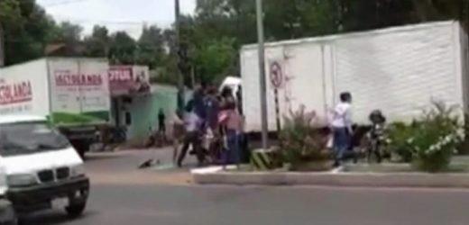 """""""No está bien"""": Peatones intentaron rescatar a camionero accidentado"""