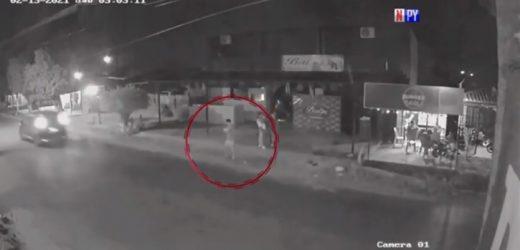 Joven es embestido por auto y conductor sale huyendo