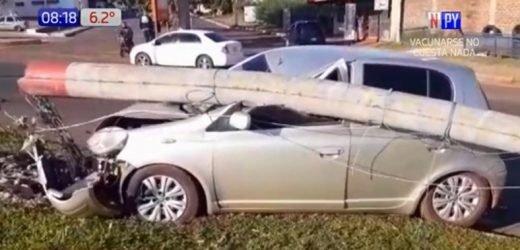 Mujer pierde control de rodado y columna se le cae encima