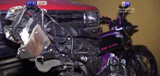 Motociclista muere arrollado por camión tras ser rozado por auto que esquivó bache