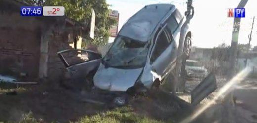 Conductora se queda dormida y choca contra un muro en Luque