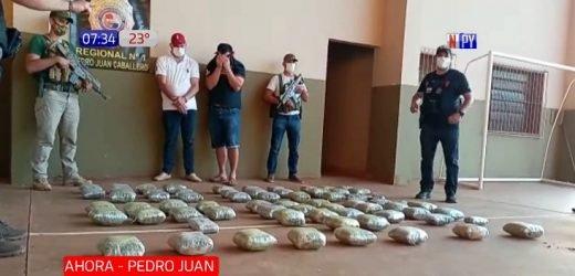 Policía es detenido transportando marihuana