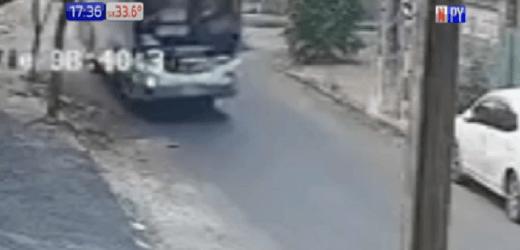 Sajonia: Motociclista impacta contra un bus