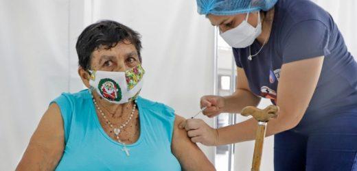 Confirman aplicación de tercera dosis para mayores de 50 años y personal de blanco